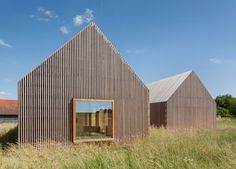 Wohnhaus aus Holz: wooden-frame house heated by a geothermal heat pump Wooden Architecture, Concept Architecture, Facade Architecture, Residential Architecture, Wooden Facade, Wooden Slats, Arch House, Prefabricated Houses, Timber House