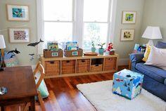 aménagement chambre bébé méthode montessori, parquet en bois, bureau, chaise en bois, canapé bleu, meuble rangement en bois, deco murale, pouf, tapis blanc