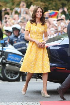Prince William Defeats Kate Middleton in German Rowing Race!: Photo It's Prince William vs. Kate Middleton on day 2 of their official visit to Germany! During day four of their week-long royal tour of Poland and Germany, Kate… The Duchess, Duchess Of Cambridge, Princess Kate, Princess Charlotte, Yellow Lace, Yellow Dress, Bright Yellow, Kate Middleton Stil, Duchess Kate