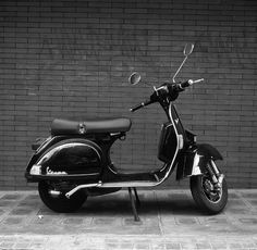 Another black Vespa Vespa. my next ride. Vespa Vbb, Piaggio Vespa, Lambretta Scooter, Vespa Scooters, Foto Vespa, Lml Vespa, Vespa Models, Scooter Garage, Womens Motorcycle Helmets