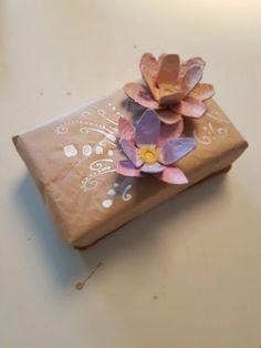Paketinslagning med blommor av äggkartong. länk till blommorna:   http://pin.it/aeKufPe