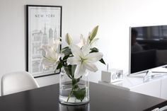 Homevialaura | kitchen | dining space | white lilies