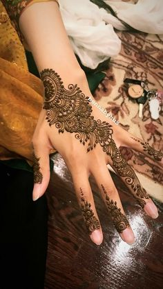 Mehndi design is one of the most authentic arts for girls. The ladies who want to decorate their hands with the best mehndi designs. Easy Mehndi Designs, Latest Mehndi Designs, Bridal Mehndi Designs, Mehndi Designs For Girls, Arabic Henna Designs, Mehndi Designs For Fingers, Mehndi Design Pictures, Beautiful Henna Designs, Henna Tattoo Designs