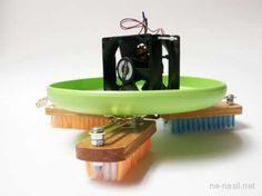 """Ewet arkadaşlar bu yazımızda Scrup yani """"titreyerek süpüren (ovalayan)"""" robot yapımından bahsedeceğiz. Bilgisayar fanı ve fırça kullanılarak gerçekleştirilen bu tasarımın yapımı da çok basit. Özellikle cam üzerine sıkılan su,deterjan vb. karışımları ovalayarak temizlik amaçlı kullanabileceğiniz gibi küçük canavarlar"""