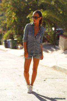 Johanna Olsson Обувь: Конверс Шорты: Les Temps de Cerises Рубашка: Зара Солнцезащитные очки: Ив Сен-Лоран