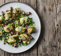 Røgede kartofler og sommersvampe | Opskrift på kartoffelret Sprouts, Dessert, Vegetables, Maj, Juni, Food, Desserts, Vegetable Recipes, Eten