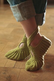Crochet Patterns Mittens Landlust - Put your shoes to bed or slippers Knitting Charts, Easy Knitting, Knitting Stitches, Knitting Patterns Free, Knitting Socks, Crochet Patterns, Crochet Gloves Pattern, Crochet Slippers, Knitted Gloves
