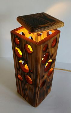 Table Lamp warm recycled wooden handmade pallet Table lamp warm atmosphere of recycled wood Woodworking Furniture, Woodworking Crafts, Diy Furniture, Woodworking Plans, Table Lamp Wood, Wood Lamps, Diy Wood Projects, Wood Crafts, Handmade Lamps