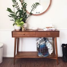 Use under table bins for toys Small House Decorating, Hallway Decorating, Entryway Decor, Bedroom Table, Home Bedroom, Bedroom Decor, Living Room Modern, Living Room Decor, Home Design