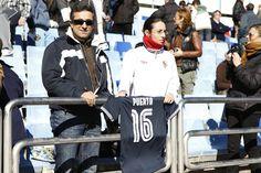 Aficionados sevillistas mostrando una camiseta del Sevilla FC con el 16 de Antonio Puerta