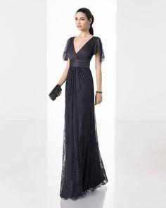 Vestido de fiesta largo silueta de encaje pedrería con escote y espalda pico y manga caída, en color humo, acero y marino.