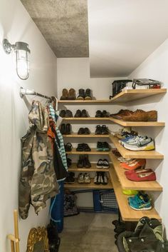 ウォークインシューズクロークのある玄関収納30選 - Yahoo!不動産おうちマガジン Hurry Home, Staircase Storage, Shoe Room, Castle Wall, House Entrance, Future House, Sweet Home, Shelves, How To Plan