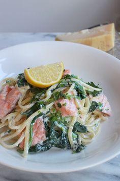 Snelle pasta met spinazie, kruidenkaas en zalm