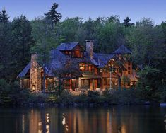 beautiful homes A dream lake house. Superb custom-built lake house has an adjoining carriage house. Exterior Tradicional, Haus Am See, Cabin In The Woods, Cabin On The Lake, Big Lake, Traditional Exterior, Lake Cabins, Log Cabin Homes, Maine House