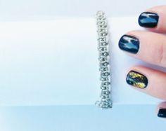 Macrame pulseira da amizade mão atada com contas de metal prateado.