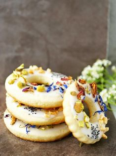 Spring bloom cookie wreaths: iced cookies sprinkled with edible flowers. Cookie Recipes, Snack Recipes, Dessert Recipes, Breakfast Recipes, Iced Cookies, Yummy Cookies, Flower Food, Flower Cookies, Edible Flowers