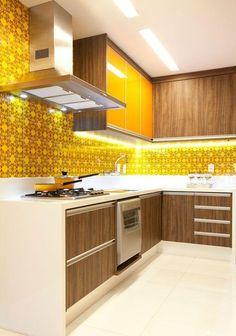 Cozinha pequena decorada na cor amarelo vibrante e ármario com portas na cor madeira Home Decor Kitchen, Kitchen Furniture, Kitchen Interior, Kitchen Dining, Kitchen Cabinets, Cheap Furniture, Furniture Dolly, Furniture Stores, Kitchen Ideas