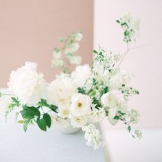 Floral arrangement by Tinge Floral  photo by @darcybenincosa