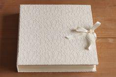 Álbum de Fotos com capa em renda - Lilou Estúdio Scrapbook, Handmade Books, Lily, Wedding, Journals, Packing, Handmade Notebook, Wraps, Ribbon Bows