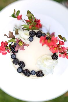 Floral and berry cake. French Wedding Cakes, Berry Cake, Panna Cotta, Berries, Birds, Eye, Ethnic Recipes, Floral, Food