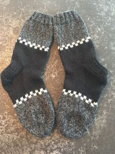 Kunne lett adopteres av blålysetatene…😍 – Kina – Ich Folge – Knitting And Crochet Knitting Socks, Hand Knitting, Knitting Patterns, Crochet Patterns, Patterned Socks, Designer Socks, Knitting For Beginners, Fair Isles, Knitting Projects