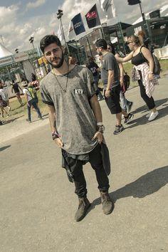 O visual Neutro também estava em alta pros Looks Masculinos do Lollapalooza 2017. Acima, uma Camiseta Oversized, mais ampla, Blusa na cintura, Calça Slim, Bota e Acessórios, tudo em Cores mais Sóbrias, equilibrando bem a produção.
