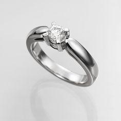 Anillo solitario de diamantes FOGO  Anillo solitario con diamante central talla brillante está engastado en una montura de oro de 18 kilates de cuatro garras con brazos redondeados.