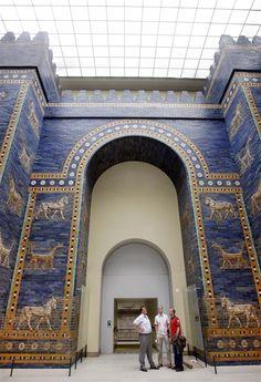 La puerta de Ishtar, fue construída a comienzos del siglo VI a.C. por Nabucodonosor II al norte de la ciudad de Babilonia, cuyas ruinas están situadas a unos 100 kilómetros al sur de Bagdad. Estaba consagrada a Ishtar, la diosa babilónica del amor y la guerra, y daba acceso al templo de Marduk, el señor de los dioses, a través de una avenida procesional decorada con relieves de leones y dragones.