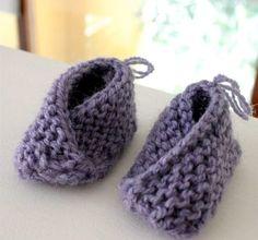 Muligvis verdens enkleste babytøfler. Er du nybegynner innen strikkekunsten kan du trygt gå løs på et par slike babytøfler. Disse får du nemlig helt sikkert til å lage. Er du mer øvet rekker du å lage flere på en kveldsstund.