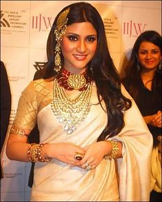 Konkona Sen Sharma exhibiting Amrapali Jewelry I would totally rock the headpiece in a pixie cut Bollywood Celebrities, Bollywood Actress, Amrapali Jewellery, Indian Outfits, Indian Clothes, Affordable Jewelry, Pixie Cut, Indian Jewelry, Headpiece