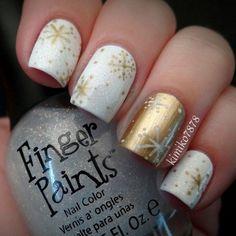 uñas doradas con blanco diseño navideño