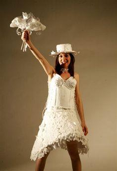 """6. Marta Monaco,""""White Dream"""", abito da sposa bianco con cappello e bouqué, per un giorno indimenticabile regalare un sogno di carta da indossare. Fatto di cartoncino rigido e meno rigido, carta igienica, carta velina, fogli A4 di carta per fotocopie, carta da modello. E' stato realizzato per essere indossato, forse per una sfilata di moda, oppure, sperando che non piova, anche nel giorno delle nozze!"""