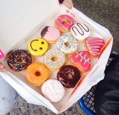 Yummy donuts shared by Emine Kılıçoğulları on We Heart It Delicious Donuts, Yummy Food, Tasty, Cute Food, I Love Food, Donut Recipes, Snack Recipes, Donuts Tumblr, Bebidas Do Starbucks