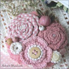 Купить или заказать Брошь 'Майские сады' в интернет-магазине на Ярмарке Мастеров. Прелестная брошечка-букет с весенним настроением. Навевает мысли о восхитительных майских садах, покрытых нежнейшими цветами, словно ароматной розовой дымкой... Брошечка собрана из множества очаровательных деталей. В основе - текстильная роза из хлопка в клеточку с бисерной серединкой, розочка из хлопкового кружева с розовым кварцем и вязаный крючком цветочек с милой кокосовой пуговкой.