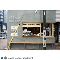 It can be very difficult to brew your own coffee at home. The equipment you use to brew your coffee can be complicated. Small Coffee Shop, Coffee Shop Bar, Coffee Store, Coffee Cafe, Japanese Coffee Shop, Coffee Pods, Starbucks Coffee, Cafe Shop Design, Kiosk Design