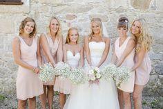 Bruidsmeisjes in het zachtroze #bruiloft #trouwen #bruidsmeisjes #kleding #jurken #outfit #thema #idee #inspiratie #vriendinnen Lees ook: Trouwen in Viana do Castelo in Portugal   ThePerfectWedding.nl   Fotocredit: Lounge Fotografia