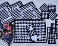 """JOGO AMERICANO """"XADREZ"""" - 4 LUGARES Table Runner And Placemats, Quilted Table Runners, Diy Craft Projects, Diy And Crafts, Sewing Projects, Gingham Quilt, Chicken Scratch Embroidery, Easy Quilts, Mug Rugs"""