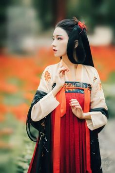 Hanfu is not a simple dress. It carries China's ceremonial state with years of civilization, symbolizing China's splendid civilization and spiritual temperament. Chinese Clothing Traditional, Traditional Fashion, Traditional Dresses, Oriental Fashion, Asian Fashion, Chinese Fashion, Hanfu, Xiao Li, Chinese Kimono