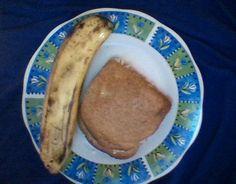 un sandwish con jamón de pechuga de pavo picado y una banana