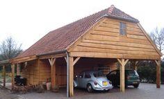 Deze Schuur met carport is voorzien van Lariks schaaldelen en heet 2 houten ramen met kruisroede.