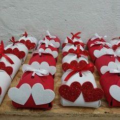 Artesanato em EVA: 60 modelos para inspirar sua produção (fotos, tutoriais e moldes) Diy Gift Box, Diy Gifts, Rustic Wedding Groom, Chocolate Boutique, Chocolate Wrapping, Wedding Gift Wrapping, Unique Bridal Shower, Custom Wedding Favours, Candy Gifts