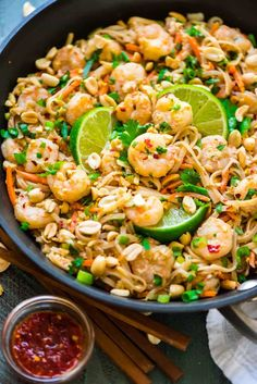 Healthy Shrimp Pad Thai Well Plated By Erin - For Today I Hope You Enjoy This Healthy Shrimp Pad Thai Recipe It Has Saved Our Dinner On More Than One Night This Week Which Has Been For Lack Of A More Accurate Description Categorically Nuts Asian Food Recipes, Healthy Food Recipes, Cooking Recipes, Shrimp Salad Recipes, Seafood Recipes, Clean Eating, Healthy Eating, Shrimp Pad Thai, Low Carb Brasil