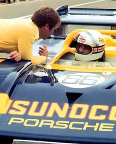 Mark Donohue discussing with Brian Redman Real Racing, Sports Car Racing, Race Cars, Auto Racing, Porsche Cars, Porsche 356, Brian Redman, Types Of Races, Course Automobile