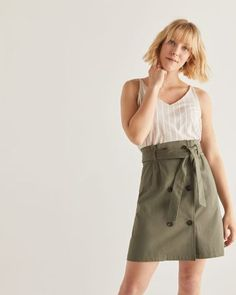 This cotton paperbag skirt features an elastic waist, removable sash, side pockets and tortoiseshell buttons at front. Pair it with a tee and flats for a laid-back and urban look.Fabric: non-stretchLength: unlined Flare Skirt, Midi Skirt, Jupe Short, Frill Skirts, Leopard Skirt, Button Skirt, Urban Looks, Types Of Girls, Linen Skirt