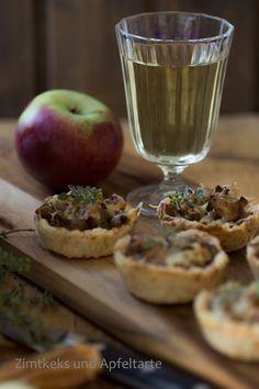Küchlein mit karamellisierten Zwiebeln und Äpfeln