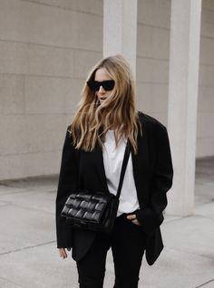 Bottega Veneta boots and cassette bag. Via Mija Look Fashion, Fashion Photo, Winter Fashion, Fashion Outfits, Womens Fashion, Bag Women, Street Style Trends, Street Styles, Scandinavian Fashion