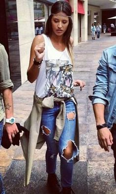 I kind of like this look even though I never wear sporty / casual stuff like this myself. Ripped Jeans, Romania, Celebrity Style, Hipster, Sporty, Celebrities, Womens Fashion, Casual, Girls