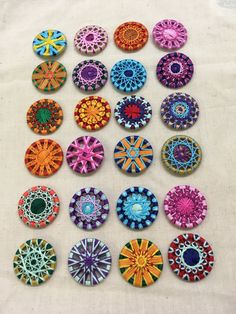 I & DU: Briefumschlag-Adventkalender Crochet Buttons, Diy Buttons, Embroidery Fashion, Embroidery Jewelry, Button Art, Button Crafts, Sewing Art, Sewing Crafts, Custom Button Pins