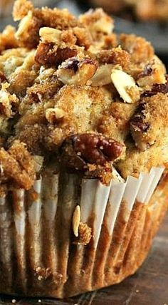 Banana Nut Crunch Muffins - Spend With Pennies - Banana Pecan Crunch Muffins ❊ - Muffins Blueberry, Banana Nut Muffins, Banana Scones, Jumbo Muffins, Orange Muffins, Zucchini Muffins, Just Desserts, Delicious Desserts, Yummy Food