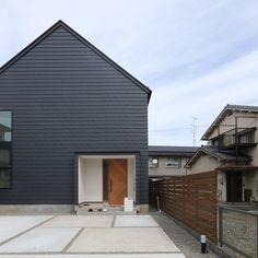 オープンハウス初日スタートです‼︎ 家具やカーテンも置いてもらってすごく見応えありますよ ・ #suzuya #オープンハウス名古屋 #openhouse #家具 #インテリア #ガルバリウム外壁 #ブラックコーデ #切妻屋根 #木製玄関ドア #フレンチヘリンボーン #フィッシュボーン #レンガタイル #スチール階段 #スチールドア #天井板張り #名古屋市 #昭和区 #注文住宅 #設計事務所名古屋 #フィールドの家
